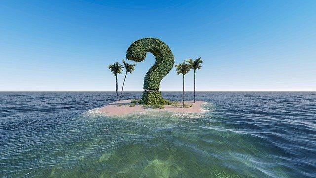 島に立つ大きなクエスチョンマーク