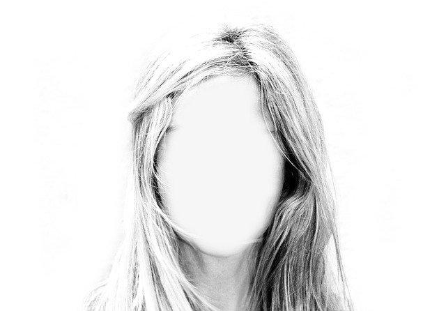 顔が真っ白で誰だか分からない