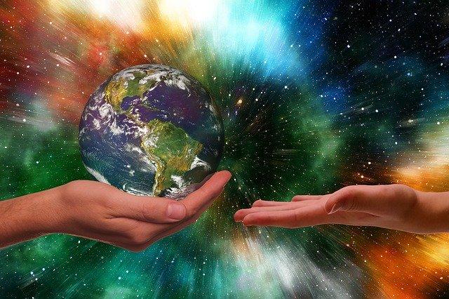 手から手へ地球を渡す
