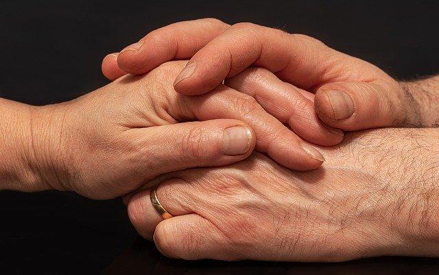 男女が手を握り合っている