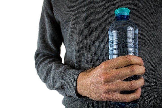 ペットボトルを持っている男性
