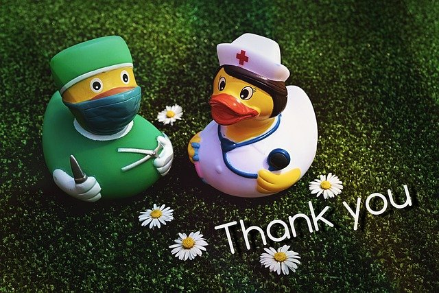医者と看護師の格好をしたアヒルThank Youの文字