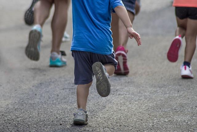 走っている子どもたち