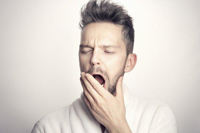 あくびをしている男性