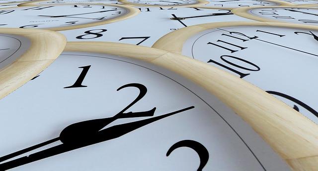 様々な時間をさす沢山の時計
